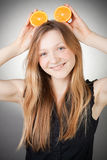 La mujer joven hermosa tiene oídos anaranjados Imagenes de archivo