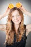 La mujer joven hermosa tiene oídos anaranjados Imagen de archivo