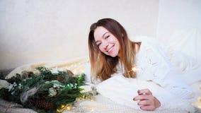 La mujer joven imponente siente acercamiento del Año Nuevo y hace deseo, Imagen de archivo libre de regalías