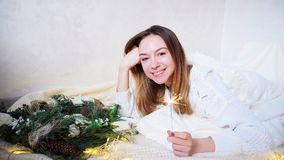 La mujer joven imponente siente acercamiento del Año Nuevo y hace deseo, Imagenes de archivo