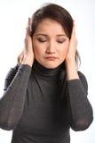La mujer joven indica malas noticias que no escucha Imagen de archivo