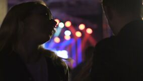 La mujer joven intoxicó por las drogas o el alcohol que bailaba para servir en el partido del club de noche almacen de video