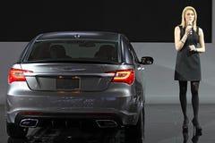 La mujer joven introduce el nuevo Chrysler 300S Fotografía de archivo