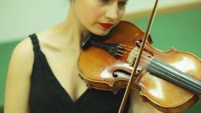 La mujer joven juega violin+ almacen de metraje de vídeo