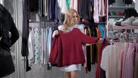 La mujer joven linda está haciendo compras en un centro comercial solamente metrajes