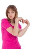 La mujer joven lleva a cabo las manos bajo la forma de corazón fotos de archivo libres de regalías