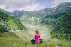 La mujer joven Meditate fotografía de archivo