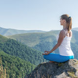 La mujer joven Meditate imagen de archivo