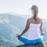 La mujer joven Meditate imagenes de archivo