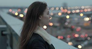 La mujer joven mira adelante a igualar el scape de la ciudad metrajes