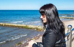 La mujer joven mira el primer del retrato del mar imagenes de archivo