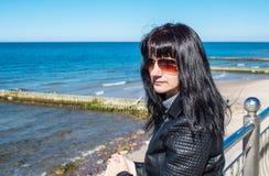 La mujer joven mira el primer del retrato del mar imagen de archivo