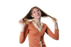 La mujer joven mira hacia arriba Imagen de archivo libre de regalías