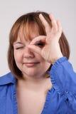 La mujer joven muestra OK Foto de archivo