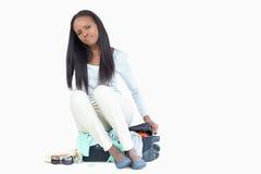 La mujer joven no puede conseguir su maleta cerrada Fotos de archivo