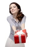 La mujer joven ofrece un regalo Imágenes de archivo libres de regalías