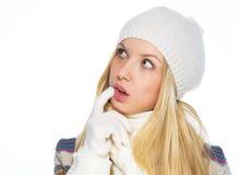 La mujer joven pensativa en invierno viste la mirada en espacio de la copia Imagenes de archivo