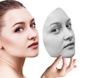 La mujer joven pone la máscara ausente con la mala piel Imagen de archivo libre de regalías