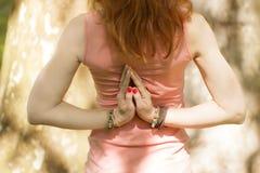 La mujer joven practica yoga y retener sus manos detrás de ella fotografía de archivo libre de regalías