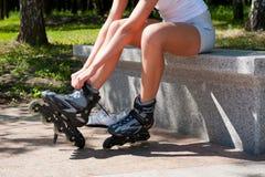 La mujer joven puso los rodillos Fotografía de archivo libre de regalías