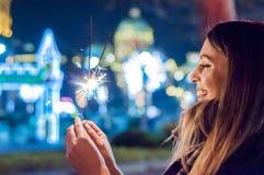 La mujer joven que celebra un evento el Año Nuevo está viniendo Ella HOL Foto de archivo