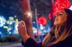 La mujer joven que celebra un evento el Año Nuevo está viniendo Ella HOL Imágenes de archivo libres de regalías