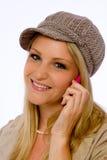 La mujer joven que desgasta el casquillo de la Mod sonríe en la cámara imagenes de archivo