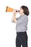 La mujer joven que grita para anuncia a través de un megáfono Imágenes de archivo libres de regalías