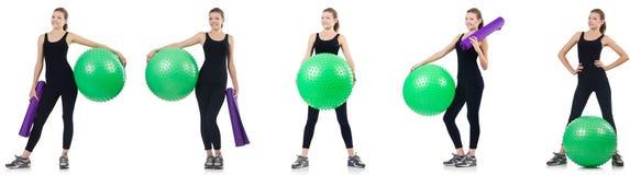 La mujer joven que hace ejercicios con el fitball imagen de archivo libre de regalías