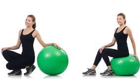 La mujer joven que hace ejercicios con el fitball imagen de archivo