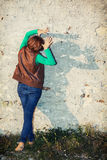 La mujer joven que hace sombras forma con sus manos delante del Fotografía de archivo