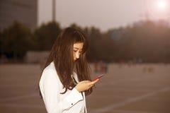 La mujer joven que mira abajo de la pantalla Imagenes de archivo