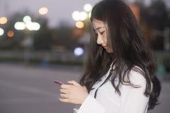 La mujer joven que mira abajo de la pantalla Foto de archivo libre de regalías