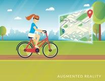 La mujer joven que montaba una bici y que veía la trayectoria de la bicicleta en el móvil aumentó el mapa de la realidad stock de ilustración