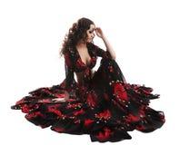 La mujer joven que presentaba en traje del flamenco aisló foto de archivo libre de regalías