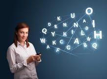 La mujer joven que pulsa en smartphone con 3d de alta tecnología pone letras a commi Fotografía de archivo