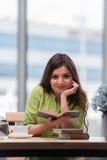 La mujer joven que se prepara para los exámenes de la escuela Imagen de archivo