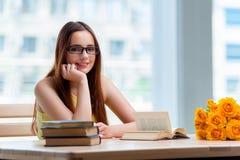 La mujer joven que se prepara para los exámenes de la escuela Fotografía de archivo libre de regalías