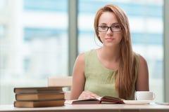 La mujer joven que se prepara para los exámenes de la escuela Foto de archivo libre de regalías