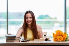 La mujer joven que se prepara para los exámenes de la escuela Imagen de archivo libre de regalías