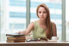 La mujer joven que se prepara para los exámenes de la escuela Fotos de archivo