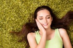 La mujer joven que se relaja en casa Foto de archivo libre de regalías