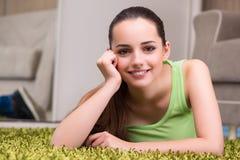 La mujer joven que se relaja en casa Fotografía de archivo