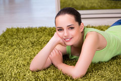 La mujer joven que se relaja en casa Fotos de archivo