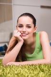 La mujer joven que se relaja en casa Imágenes de archivo libres de regalías