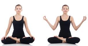 La mujer joven que se sienta a piernas cruzadas y que hace yoga fotos de archivo