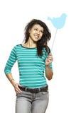 La mujer joven que se sostiene los medios sociales firma la sonrisa fotografía de archivo