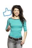 La mujer joven que se sostiene los medios sociales firma la sonrisa foto de archivo