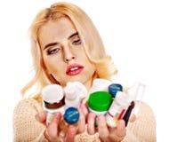 La mujer joven que tiene gripe toma píldoras. Imagenes de archivo
