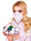 La mujer joven que tiene gripe toma píldoras Foto de archivo libre de regalías